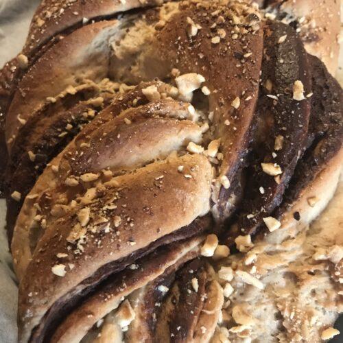 bollo de levadura de panadero con chocolate y avellanas